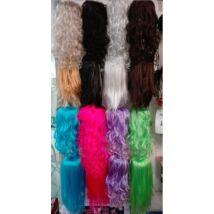 Parókák, többféle színben és frizurában